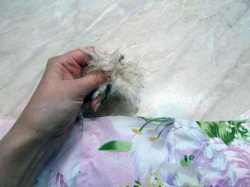Как сделать чтобы не лезли перья из пуховика